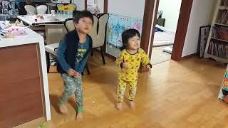 흔한남매 가즈아!(6세,3세) -나팔바지+오빠 감자쌀-