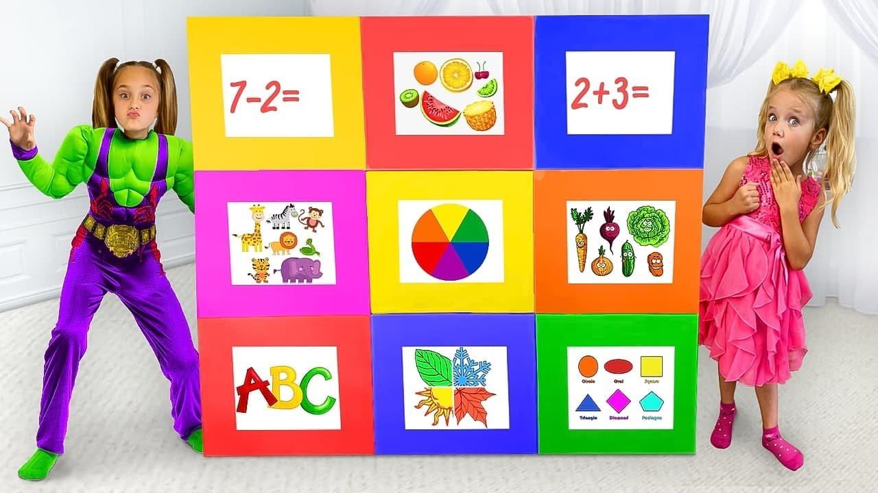Sasha abre misteriosas cajas de colores y juega con nuevos juguetes de superhéroes