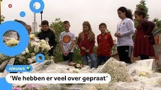 Kinderen leggen bloemen bij huis van overleden jongen