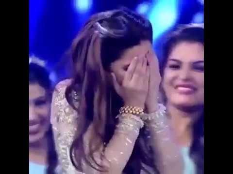 Mahira Khan Shys Away during her LSA 2016 Performance