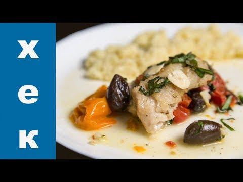 Хек запеченный в духовке с помидорами и оливками.