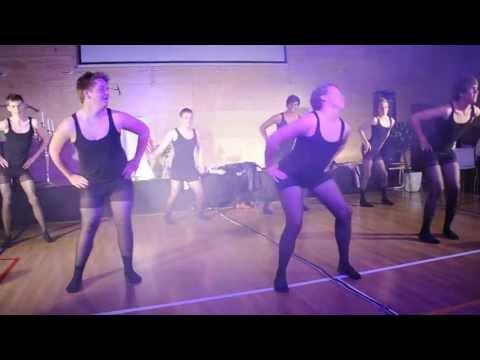 10.klasseguttene ved Svolvær barne og ungdomsskole danser