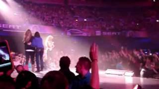 Repeat youtube video Монгол охин Шакира тай тайзан дээр бvжиглэв « Гоё киног з вх н гоёкино ком оос…