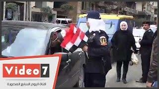بالفيديو..الشرطة النسائية تشارك المواطنين بعيد الشرطة بتوزيع الورود والأعلام فى ميدان الأوبرا