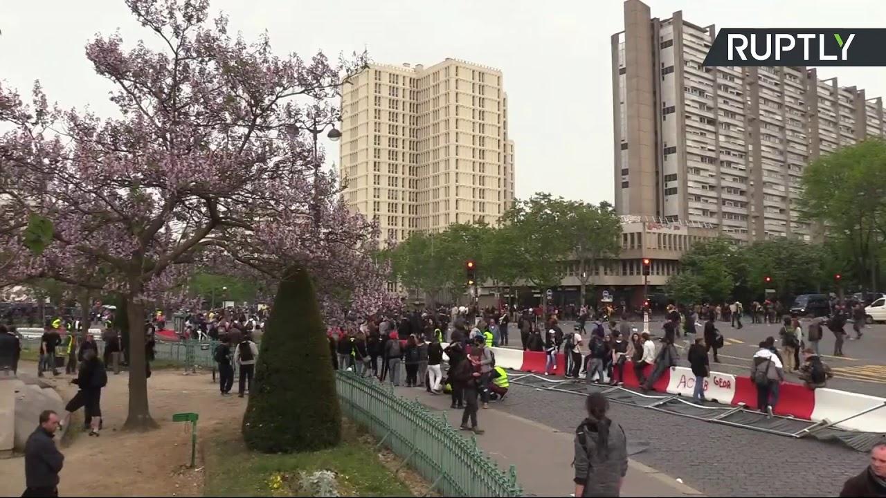 «Жёлтые жилеты» вышли на акцию протеста в Париже в Международный день Весны и Труда