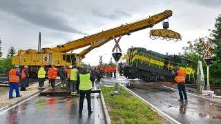 Kisiklott mozdony műszaki mentése daruval Szombathelynél, 86os főút