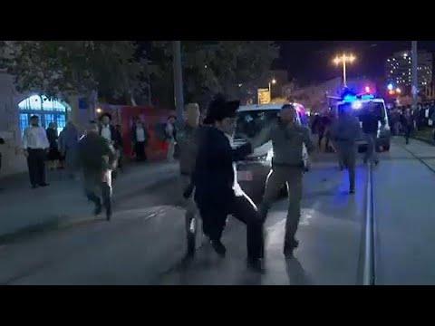 Judeus ultra-ortodoxos cortam rua em Jerusalém