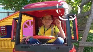 У машины отвалилось колесо Андрей на игрушечном грузовике приехал и починил колесо на машине