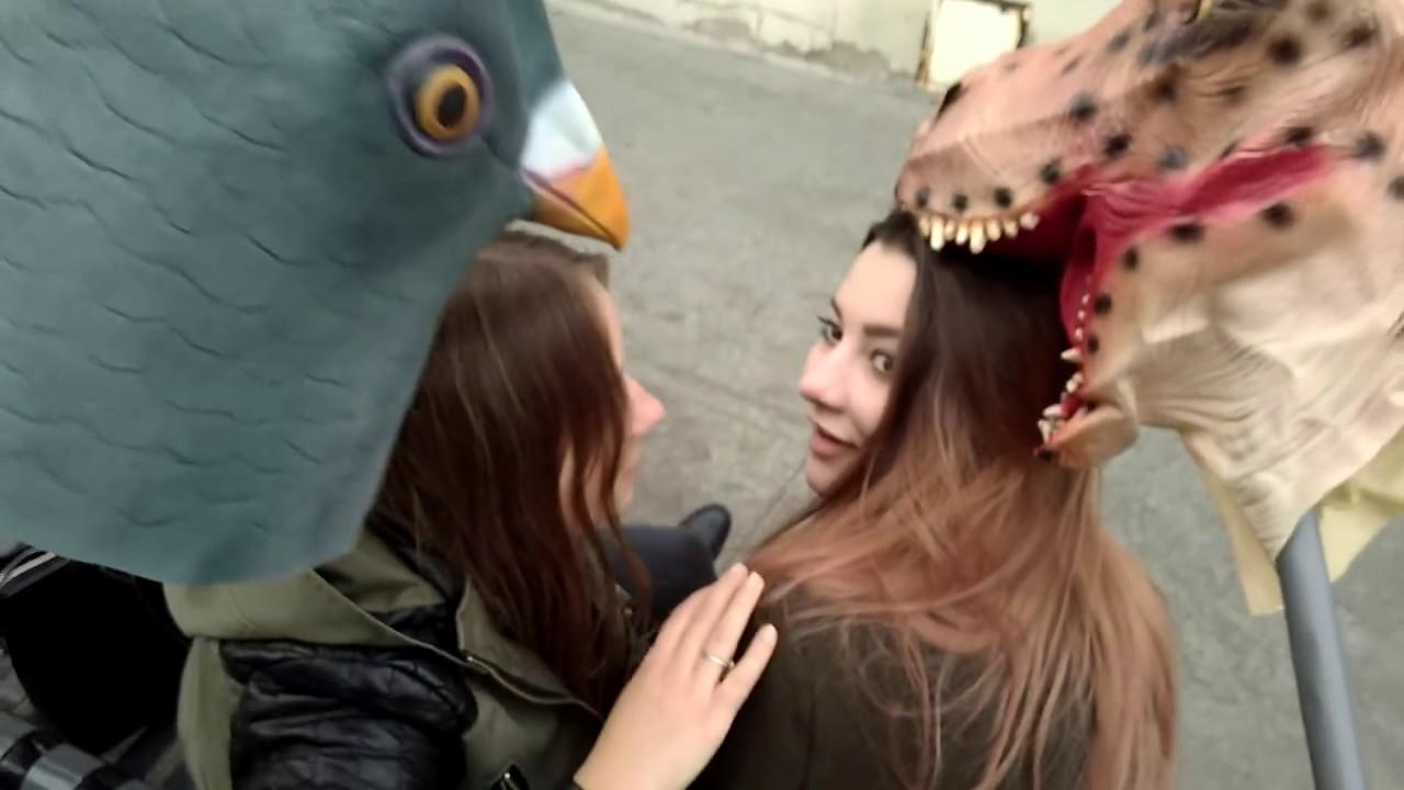 Dotykali dziewczyny kozą na patyku w Łodzi