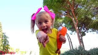 Alicia abre nuevos juguetes sorpresa de huevo de conejito