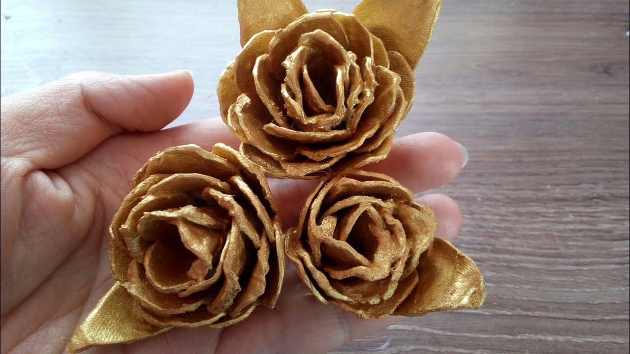 Розы из яичных лотков.