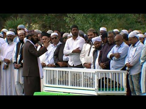 الآلاف يحتشدون لحضور جنازة إمام شهير قُتل بمذبحة المسجدين…