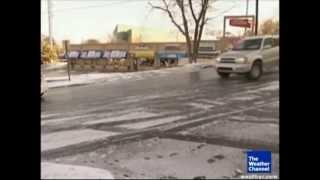 تزحلق سيارات على طريق متثلج