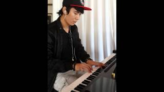 Hoàng nguyên(sms band) play his song with piano