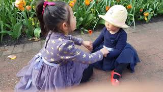 Ellie (2y) 和姐姐一起 row row tow the boat