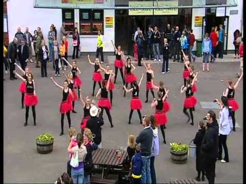 Perth Racecourse flash mob at Folk Night at the Races video