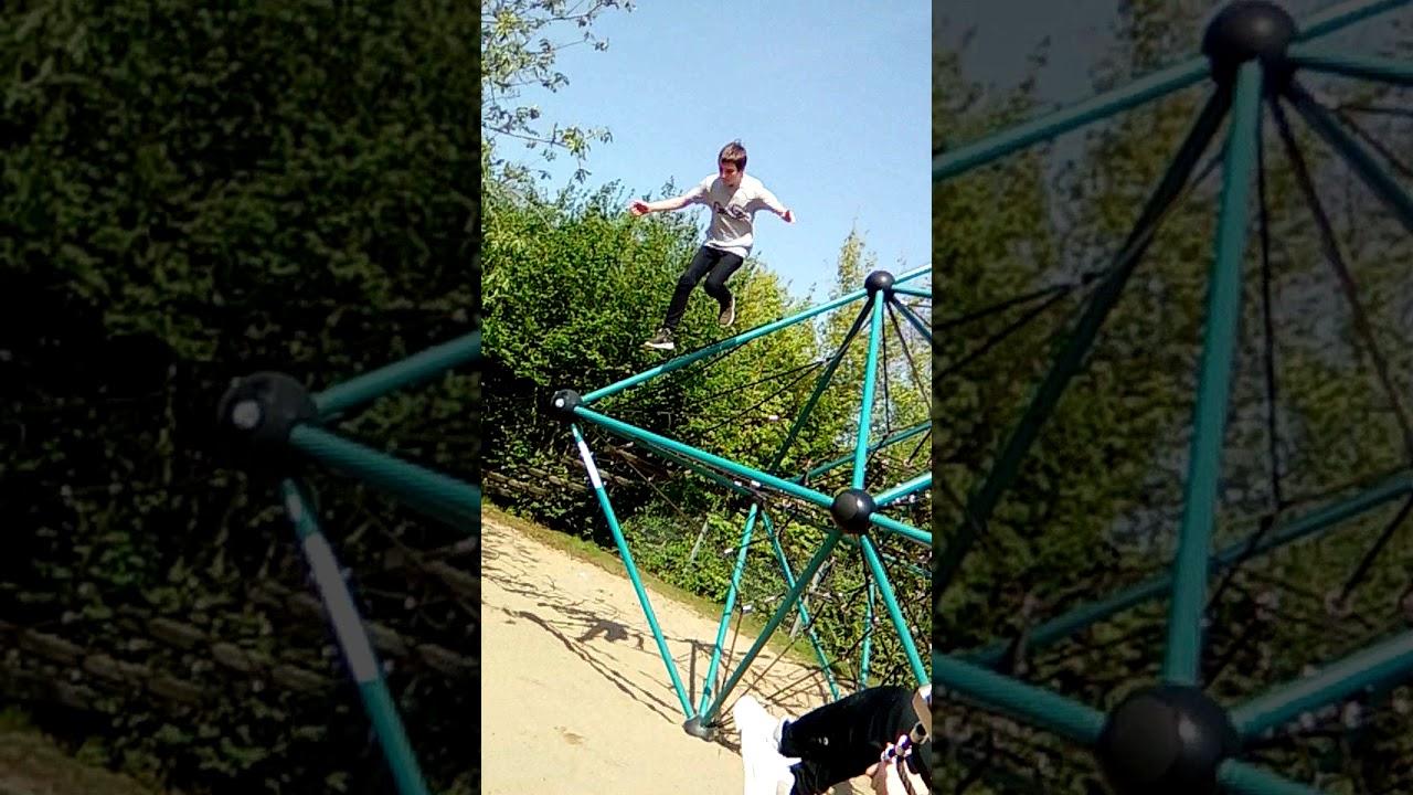 Klettergerüst Von Oben : Kind springt hoch oben vom klettergerüst was dann passiert