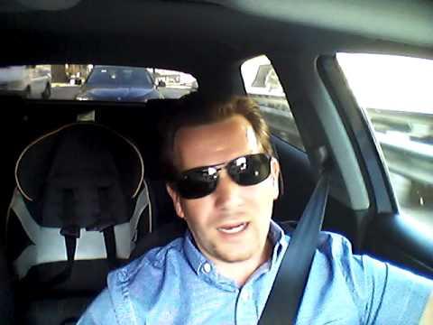 Bule bernyanyi 'Berdarah Lagi' saat mengemudi ke kantornya.