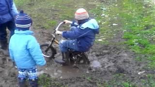 Велосипед,дети, грязь!!! Игры на свежем воздухе)))