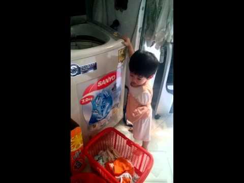 Tuong Linh tự đem đồ vào máy giặt