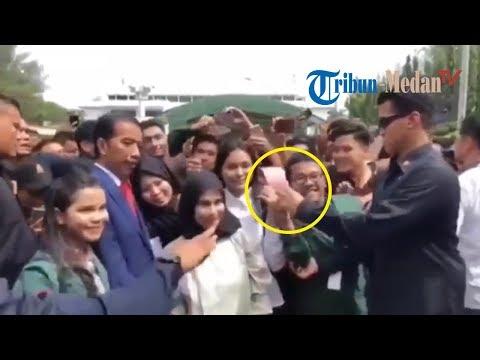 Detik-detik Aksi Paspampres Lihat Mahasiswa USU Acungkan Dua Jari saat Selfie dengan Jokowi