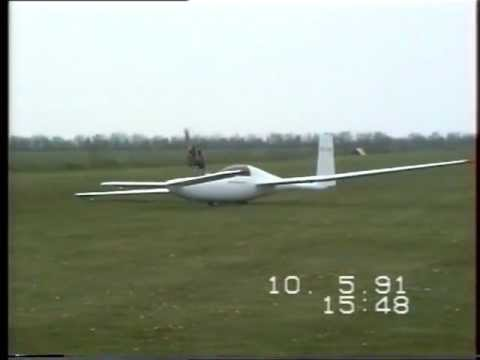 Solitaire at Toender Airfield Denmark 10 Maj 1991 Glider landing and taxi on power