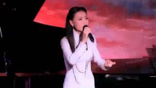 Bé Bella Dang, 6 tuổi, đệm đàn piano cho mẹ Ninh Cát Loan Châu hát bài Hương Xưa (Cung Tiến)