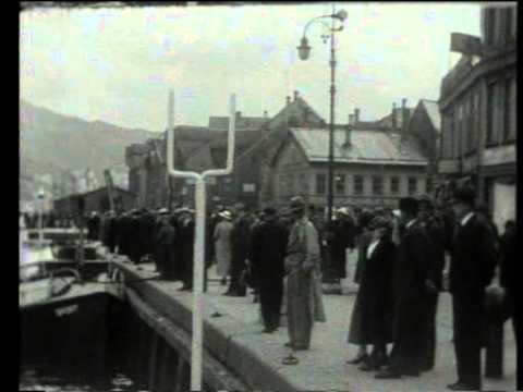 Kristiansund i 1930 viser det yrende livet på kaia og havna.