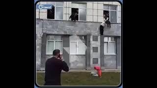 لحظة هروب الطلاب والأساتذة والموظفين من جامعة بيرم في سيبيريا الروسية بعد إطلاق نار  داخلها