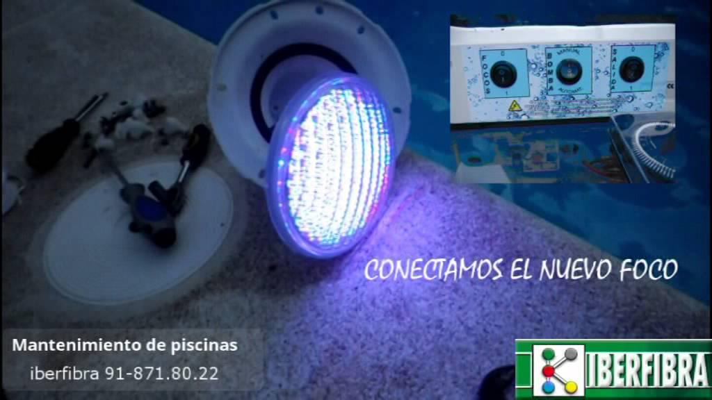 Colocaci n foco led multicolor piscina iberfibra youtube for Foco piscina