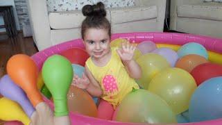 Havuzda su dolu rengarenk balonları patlattık| Ela learn color with colorful balloons for kids video