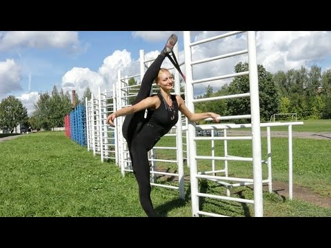 Ballerina Victoria. Street workout. Oversplits training.