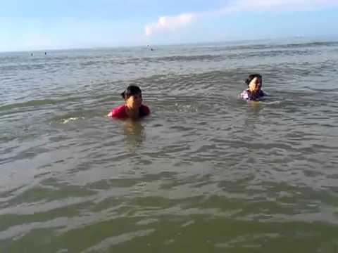Bà Minh và bà ngoại tắm biển Bãi Sau, Vũng Tàu