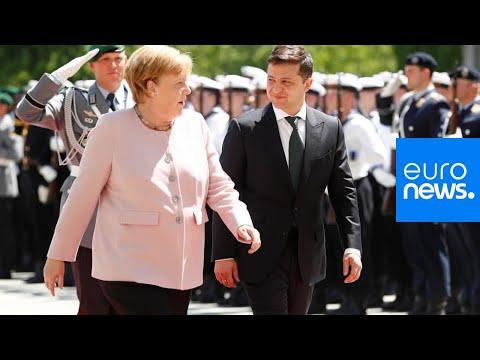 Sorge um Merkel: Kanzlerin beginnt bei Zeremonie zu zittern