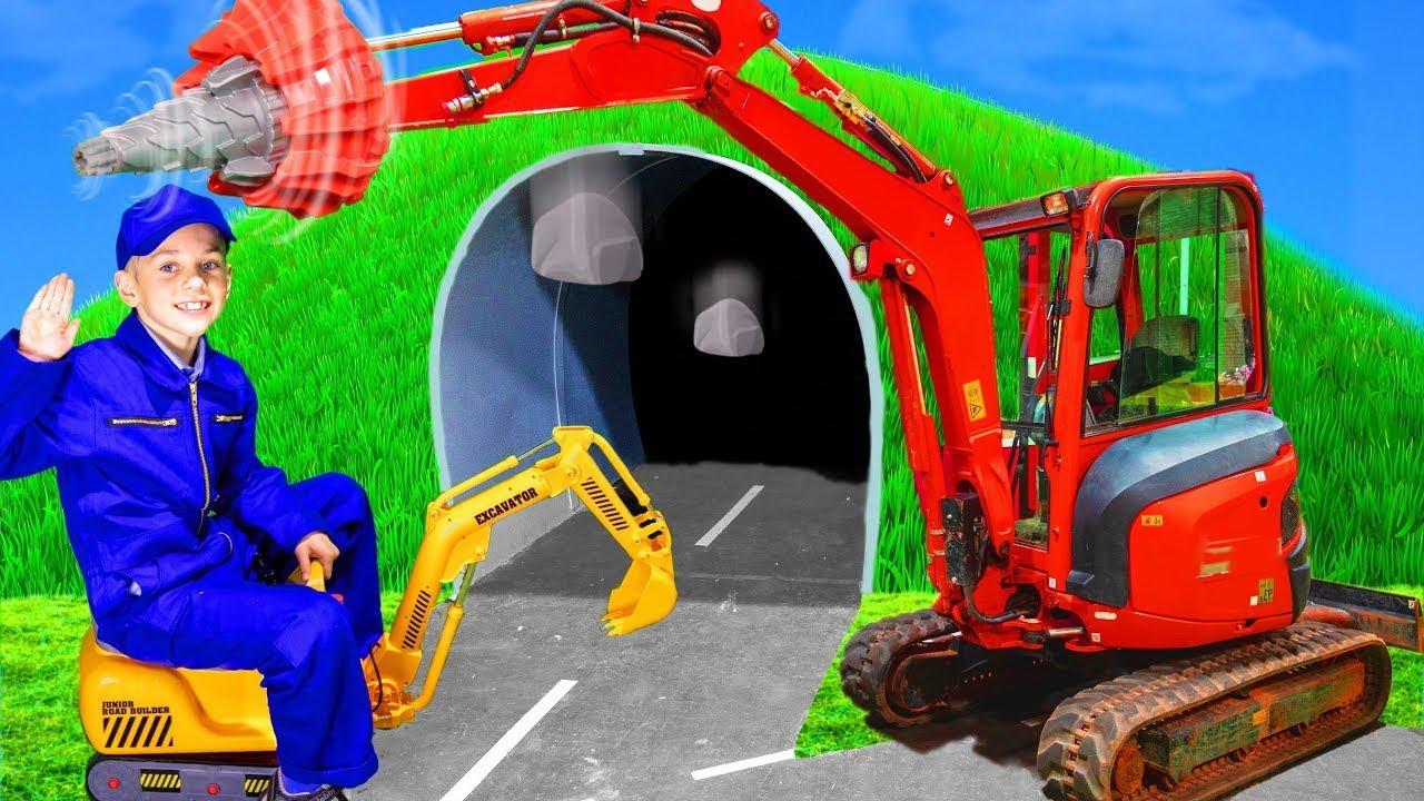 As crianças brincam e aprendem tamanhos com uma escavadeira de verdade