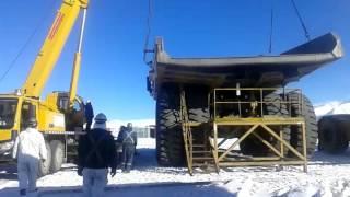 dua crane bekerja melepas dump body truck raksasa