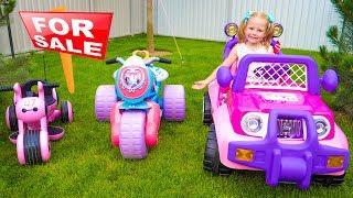Stacy e pai fingem brincar em uma loja de brinquedos
