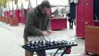 bratislava - typek hrajuci na poharoch