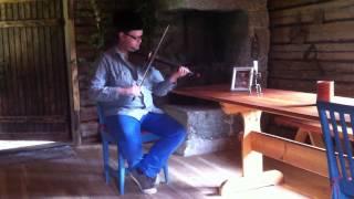 Joel Bremer spelar plåtfiol. Nås Gamla Brudmarsch