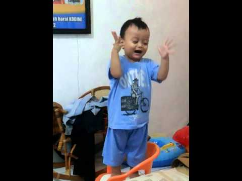 "Baby dancing UPIN IPIN ""NENEK SI BONGKOK TIGA"""