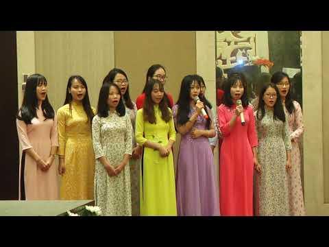 """Vietnamese students sing """"Sabarmati Ke Sant Tune Kar Diya Kamaal"""""""