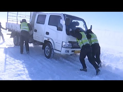 Police Rescue Trapped Drivers after Blizzard in Northwest China