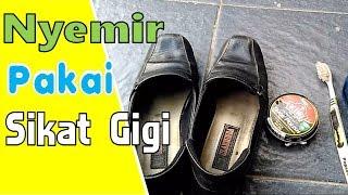 Cara Menyemir Sepatu Memanfaatkan Sikat Gigi Bekas