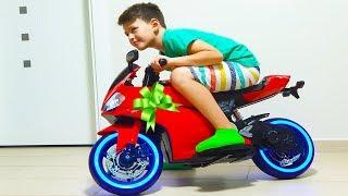 Ali abre y monta nuevo juguete Sportbike Sorpresa