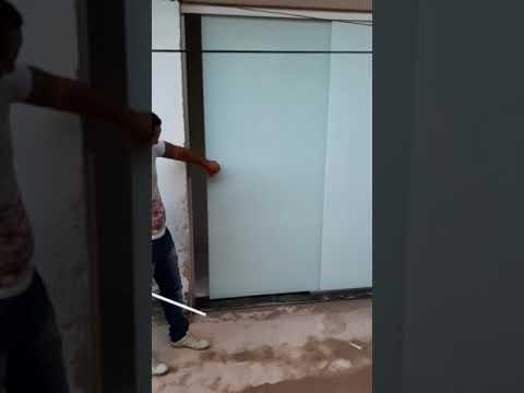 Porta De Correr Com Duas Folhas Vidros Incolor 8mm Com Película Branca