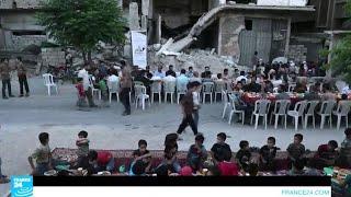 موائد إفطار جماعي وسط الدمار في مدينة دوما المحاصرة قرب دمشق