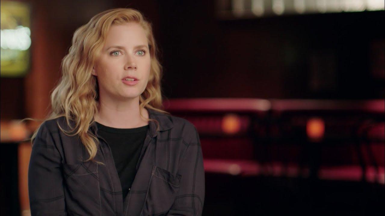 Amy Adams Filmes E Programas De Tv sharp objects   atrás das câmeras: amy adams fala sobre camille preaker