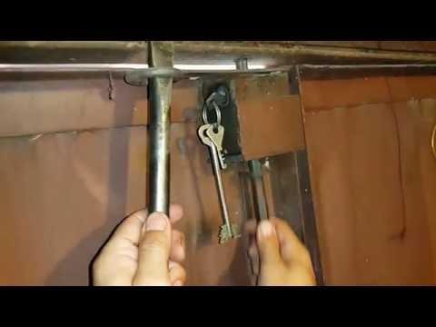 видео: Запираемый засов для гаражных ворот.  Вторая жизнь навесного замка