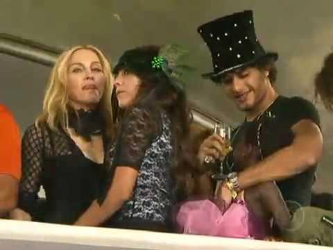 Madonna assiste desfiles das escolas de samba no Rio (Jornal nacional)
