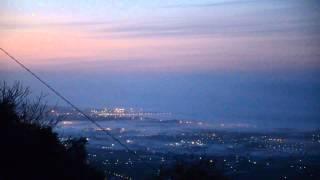 la luce del faro tra la nebbia , alba a Viareggio